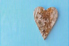 在蓝色白色条纹图形,父亲节或生日的背景的手工制造木心脏贺卡 库存照片