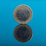 在蓝色的一枚欧洲金钱硬币与反射 免版税图库摄影