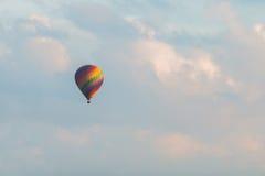 在蓝色的五颜六色的热空气气球 免版税库存照片