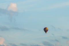 在蓝色的五颜六色的热空气气球 库存照片
