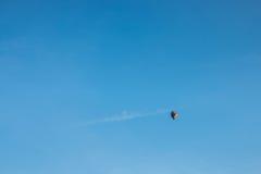 在蓝色的五颜六色的热空气气球 图库摄影