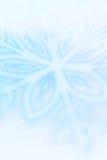 在蓝色的冬天雪花艺术性的背景 免版税库存照片