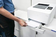 在蓝色的商人与打印机 免版税库存图片