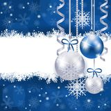在蓝色的圣诞节与拷贝空间的背景和银 免版税库存照片