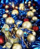 在蓝色的圣诞节中看不中用的物品 免版税库存照片