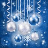 在蓝色的圣诞节在雪花背景的背景和银 库存图片