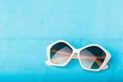 在蓝色的塑料太阳镜 库存图片