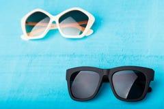 在蓝色的塑料太阳镜 免版税库存图片