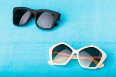 在蓝色的塑料太阳镜 免版税库存照片