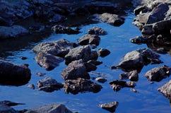 在蓝色的山小河 图库摄影