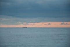 在蓝色的海景与在天际的一艘船 库存照片