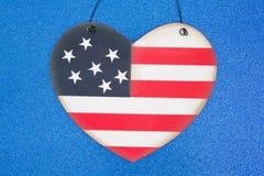 在蓝色的爱国美国旗子心脏 免版税库存照片