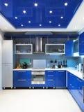 在蓝色的现代厨房内部 免版税库存照片
