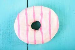 在蓝色的白色和桃红色多福饼 库存图片