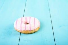 在蓝色的白色和桃红色多福饼 免版税库存图片