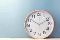 在蓝色的简单的时钟 图库摄影