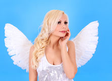 在蓝色的美丽的白肤金发的天使女孩 免版税图库摄影