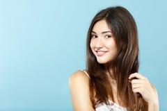 在蓝色的美丽的逗人喜爱的新鲜的愉快的微笑的青少年的女孩画象 图库摄影