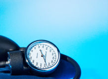 在蓝色的血压计 免版税库存照片