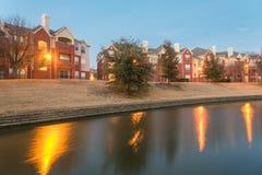 在蓝色的被弄脏的河沿公寓复杂反射 免版税库存图片