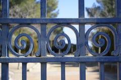 在蓝色的铁门,铁螺旋 库存照片