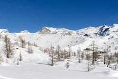 在蓝色的Lago, Ayas谷(北部意大利)附近的冰碛 免版税库存照片