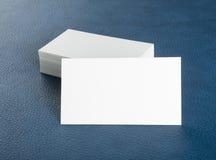 在蓝色皮革背景的空白的名片 库存照片