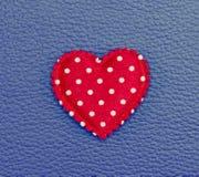 在蓝色皮革葡萄酒背景的红色心脏 免版税库存照片