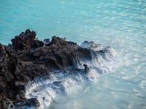 在蓝色盐水湖的熔岩岩石,冰岛 库存照片