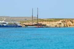 在蓝色盐水湖科米诺岛的小船 库存照片