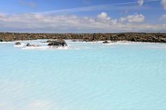 在蓝色盐水湖温泉附近的地热水池 免版税库存图片