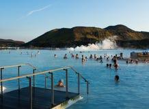 在蓝色盐水湖的地热浴 免版税图库摄影