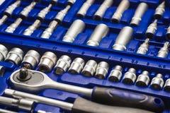在蓝色盒的汽车工具箱镀铬物钒在白色背景 免版税图库摄影