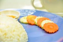 在蓝色盘的切片红萝卜 免版税库存图片