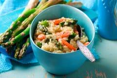 在蓝色盘的芦笋和虾意大利煨饭 免版税库存图片
