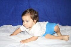 在蓝色短裤穿戴的布朗目婴孩起动走 免版税库存照片