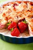 在蓝色碗的三个草莓有果子蛋糕的 免版税库存照片