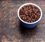 在蓝色碗的咖啡豆 库存图片