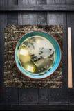 在蓝色碗的大酱汤在黑暗的土气背景,顶视图 免版税图库摄影