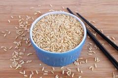 在蓝色碗的糙米 库存照片
