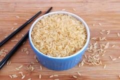 在蓝色碗的被煮半熟的米 库存图片