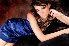 在蓝色礼服的性感的女孩妇女时装模特儿 库存图片