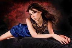 在蓝色礼服的性感的女孩妇女时装模特儿 免版税库存图片
