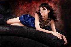 在蓝色礼服的性感的女孩妇女时装模特儿 免版税库存照片