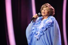 在蓝色礼服的Edyta Piecha唱歌 库存图片