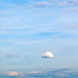 在蓝色秋天天空的一朵一点云彩 免版税库存照片