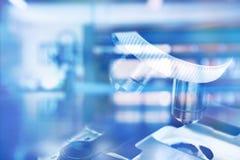 在蓝色科学医疗技术实验室backgro的显微镜 库存照片