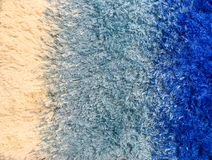在蓝色织品地毯的特写镜头表面抽象织品样式在房子地板构造了背景 免版税库存照片