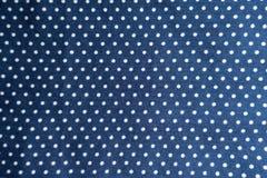 在蓝色织品的圆点印刷品 免版税库存图片
