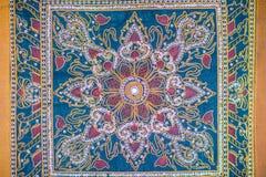 在蓝色织品背景的无缝的样式与白色和橙色元素 经典土耳其纺织品装饰品,坛场,万花筒 免版税图库摄影